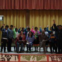En el pueblo de Calca (Cusco, Perú) con un grupo de alumnos tras una conferencia, en compañía de la escritora Karina Pacheco Medrano