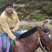 Hernán Migoya viajando a las lagunas mágicas de Las Huaringas con el fin de documentarse para su próxima novela.