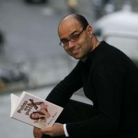 Hernán Migoya con su libro 'Putas es poco' Fotografía de Òscar Mach