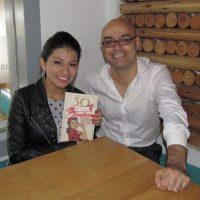 Wendy Sulca y Hernán Migoya con un ejemplar de 50 peruanas de bandera